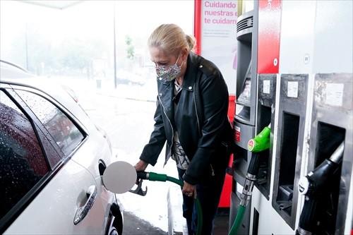 Una mujer pone gasolina a su vehículo en una gasolinera, a 17 de junio, en Madrid, (España). El coste medio del litro de gasolina ha registrado su tercera alza consecutiva para alcanzar los 1,367 euros, su nivel más alto desde hace casi siete años. Antes de Semana Santa la gasolina y el gasóleo ya recuperaron niveles preCovid, después de acumular desde noviembre un repunte de casi el 16% el primero y de más del 17% el segundo.17 JUNIO 2021;GASOLINA;SUBIDA;PRECIOA. Pérez Meca / Europa Press  (Foto de ARCHIVO)17/6/2021